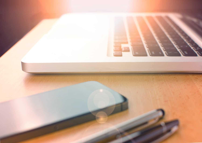 Zbliżenie na komórkę i laptop