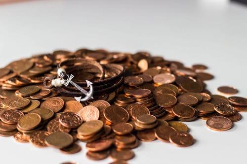 Wisorek w kształcie kotwicy na pieniądzach