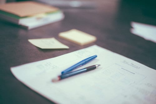 dokumenty leżące na biurku