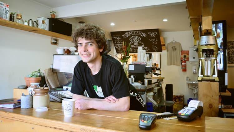 Młody mężczyzna pracujący w kawiarni