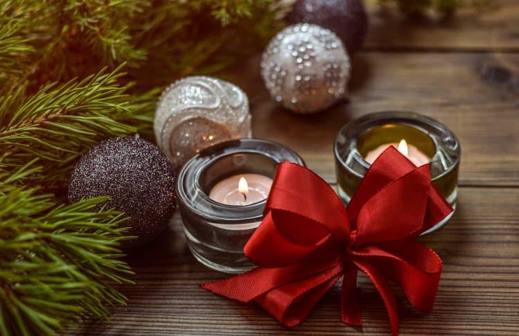 Zapalone świeczki przy stroiku świątecznym