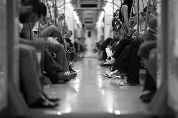 Pasażerowie jadący w pociągu